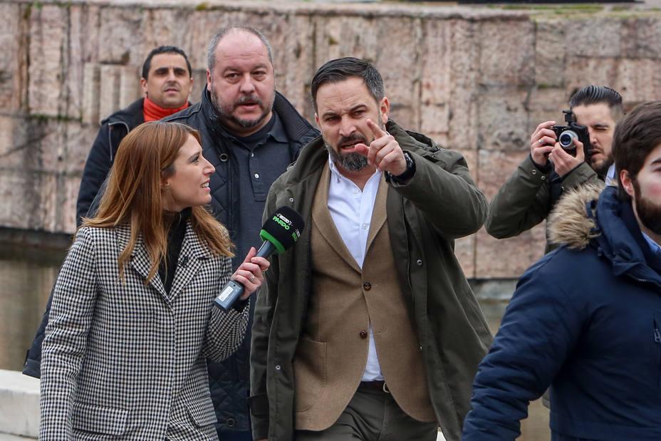 Abascal reta a la izquierda a hacer una movilización en torno a una bandera: Os une el odio incofesado a la de España