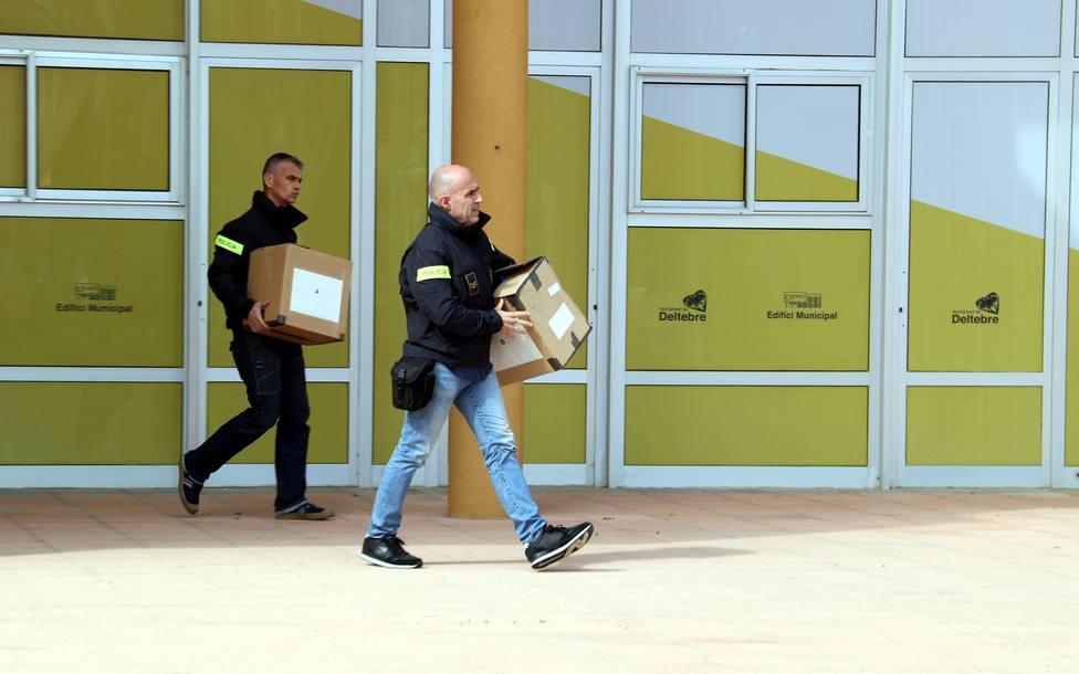 Agentes de los Mossos dEsquadra requisando material del Ayuntamiento de Deltebre, Tarragona.