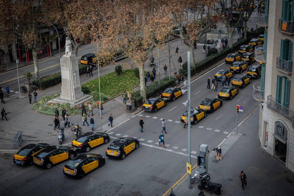 Taxistas de Barcelona piden acabar de una vez el conflicto de los VTC con el nuevo reglamento del AMB