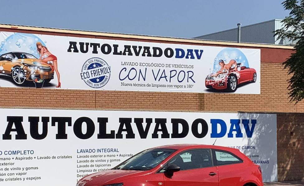 Denuncian el cartel sexista de un lavadero de coches con mujeres en Alcalá
