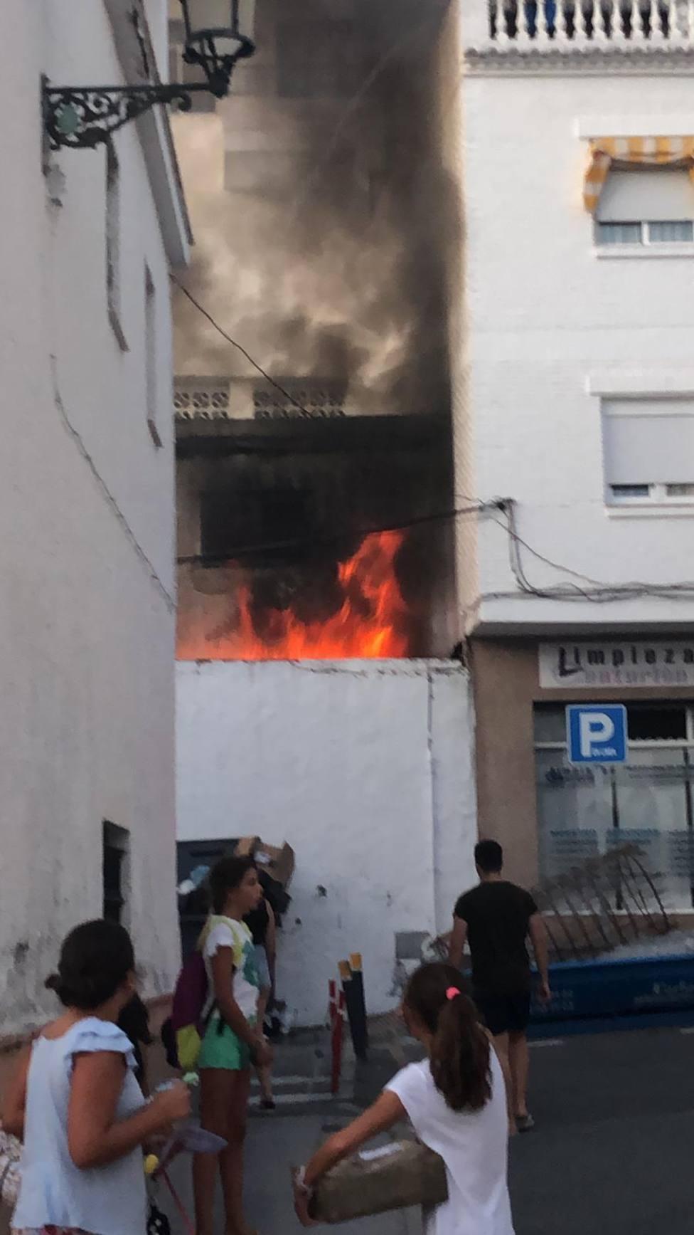 Bomberos de Almuñécar sofocaron un importante incendio en una vivienda deshabitada de La Herradura