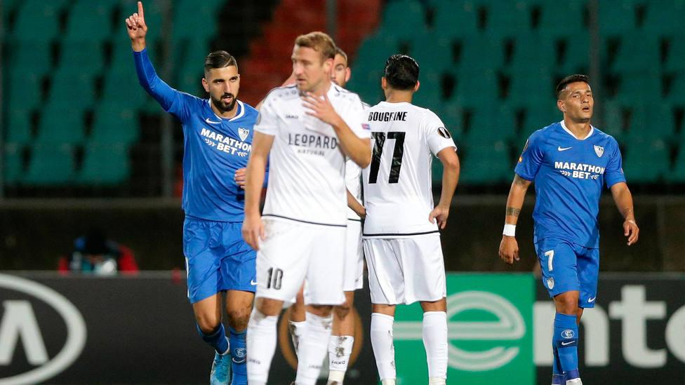 Dabbur celebra uno de los goles marcados para el Sevilla en Luxemburgo ante el Dudelange. CORDONPRESS