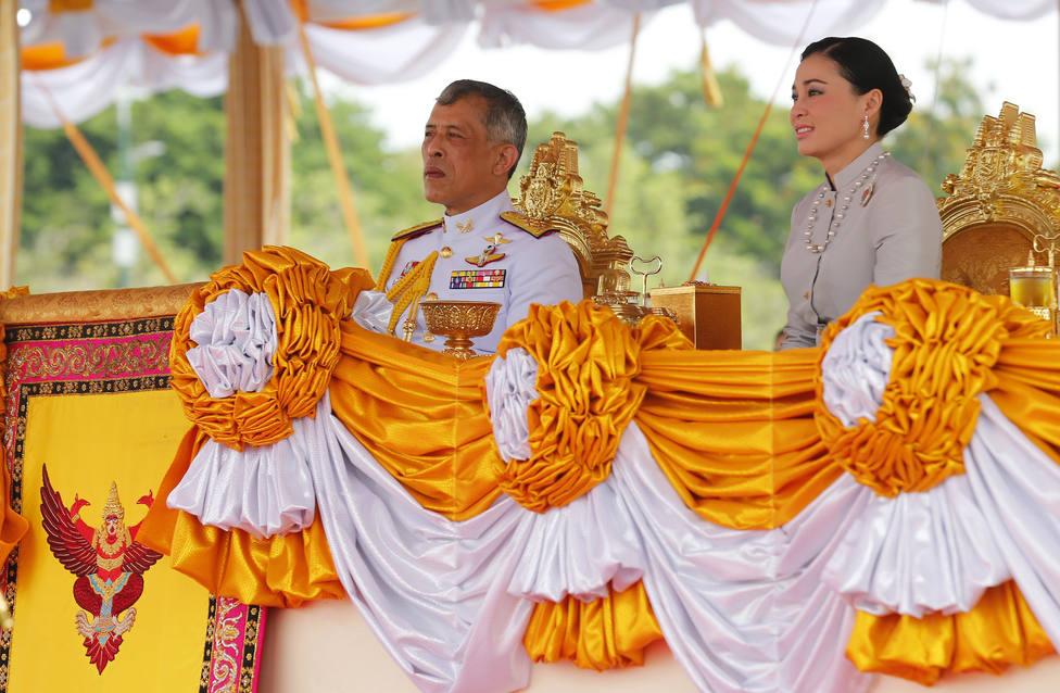 El gobernador de Bangkok defiende la orden que obliga a los niños a cantar el himno real en la escuela