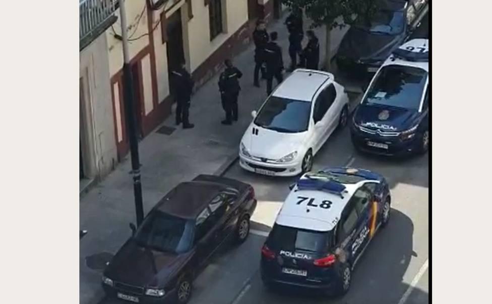 Varios agentes y patrullas de la Policía Nacional a las puertasd del local de hostelería