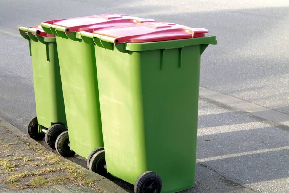 Foto de archivo de varios contenedores de basura