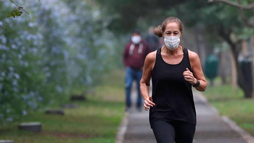Una mujer practica running al aire libre con mascarilla. CORDONPRESS