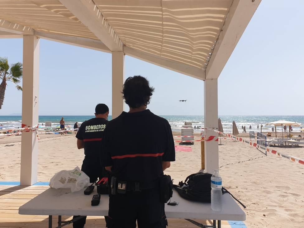 Bomberos utilizando el dron para vigilar la playa (Ayuntamiento de Alicante)