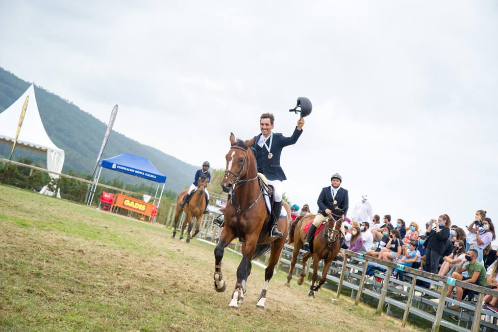 Jinetes saludando tras finalizar uno de los trofeos de Equiocio - FOTO: Borja Viba