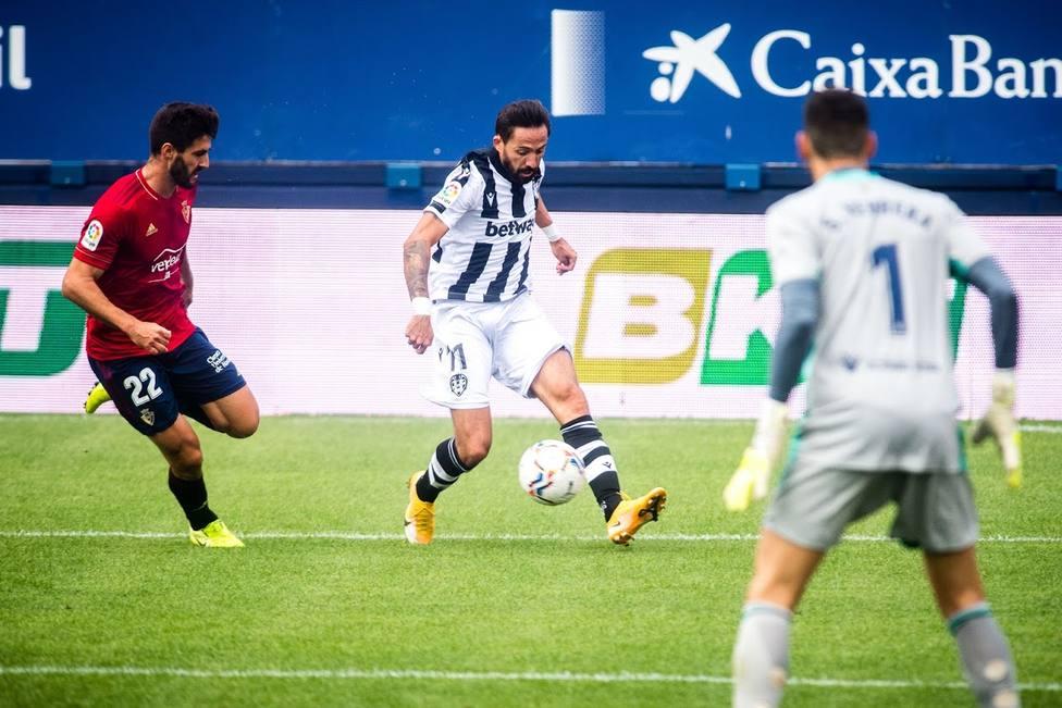 Morales, en la accio?n del primer gol del Levante UD en El Sadar