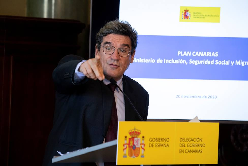 El Gobierno habilitará 6.000 plazas en campamentos para alojar a los inmigrantes de Canarias