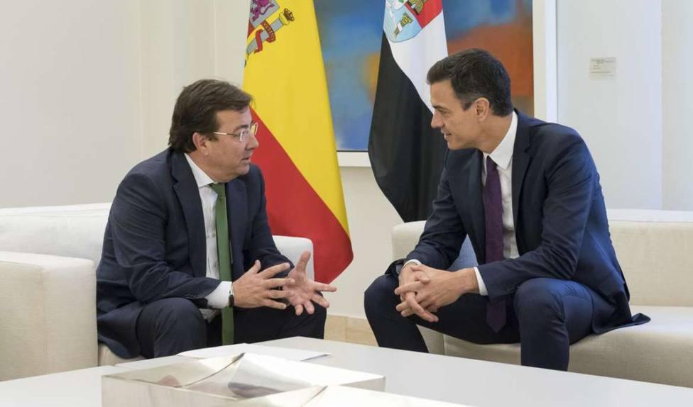 Pedro Sánchez junto a Guillermo Fernández Vara en una reunión en Moncloa (Archivo)