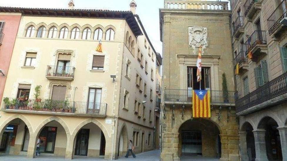 Fachada del Ayuntamiento de Vic con la bandera estelada en la fachada