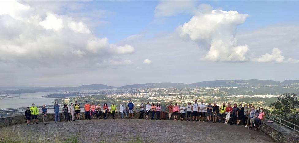 """Participantes en la primera de las """"Andainas saludables"""" en lo alto del Coto de Ancos - FOTO: Concello de Neda"""