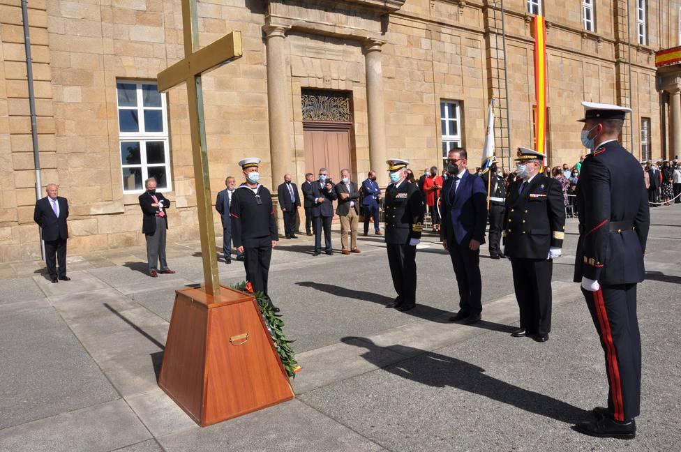 Momento de la ofrenda en recuerdo de los caídos - FOTO: Armada