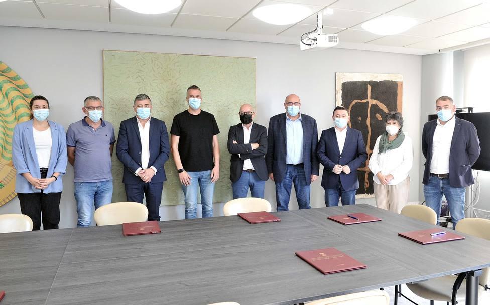 Representantes de los municipios y de la Diputación tras la firma del convenio - FOTO: Diputación / Torrecilla