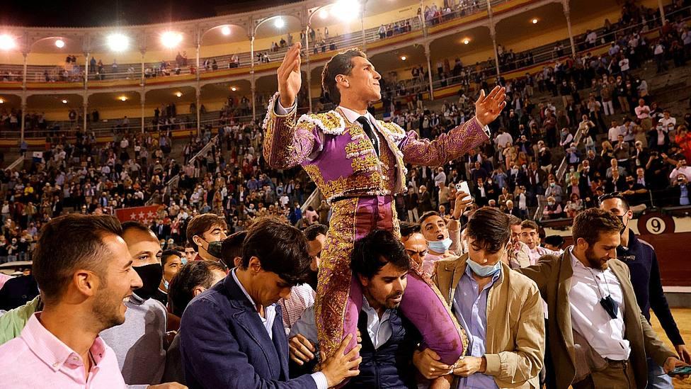 Ginés Marín en su salida a hombros en Las Ventas este Día de la Hispanidad