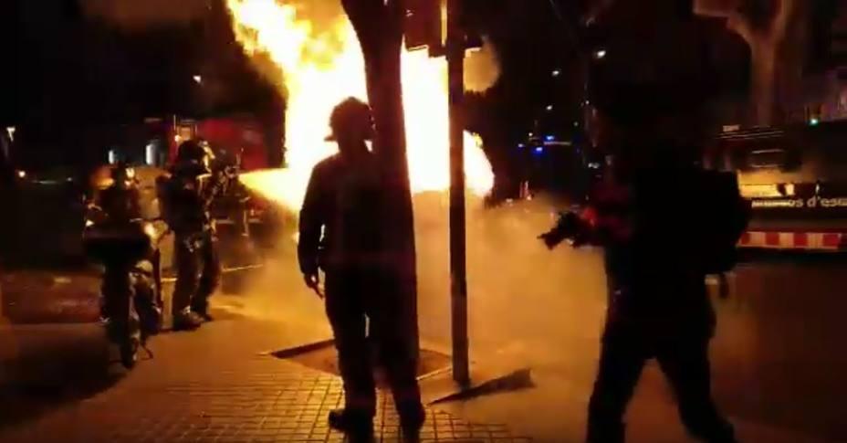Radicales queman un contenedor para protestar por un acto de Vox