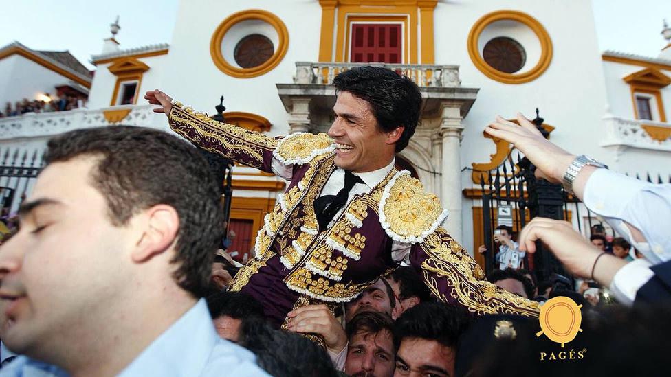 Pablo Aguado en su salida a hombros por la Puerta del Príncipe de la Real Maestranza de Sevilla
