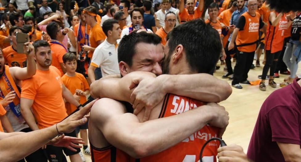 Rafa Martínez y San Emeterio se abrazan tras ganar la Liga