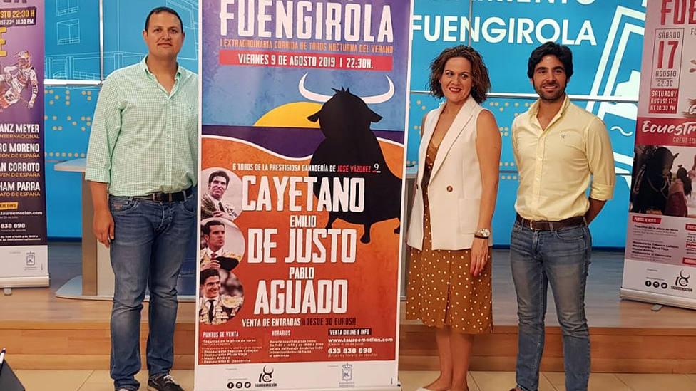 Alberto García junto a los representantes del ayuntamiento de Fuengirola en la presentación del cartel
