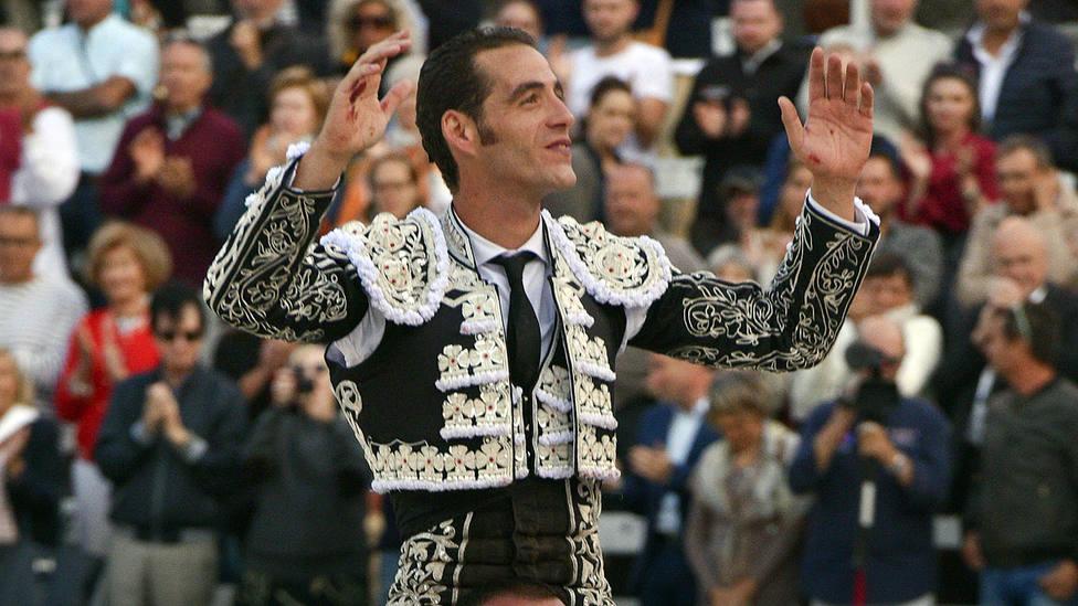 Pepe Moral en su salida a hombros este domingo en Arles