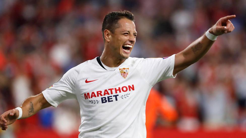 Chicharito Hernández celebra el gol marcado ante el APOEL en el Sánchez Pizjuán. EFE