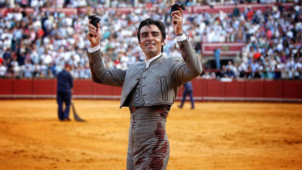 Miguel Ángel Perera con las dos orejas cortadas este sábado en el festival de Sevilla