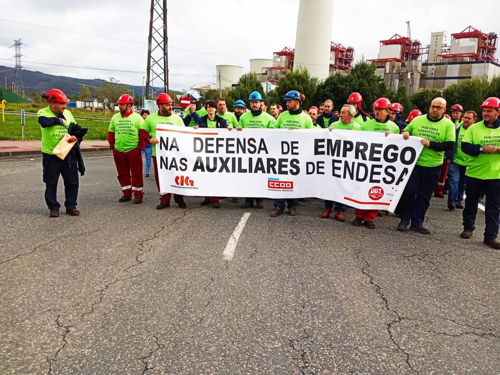 Operarios de las auxiliares de Endesa en As Pontes concentrados en la rotonda de A Vilabella - FOTO: Cedida