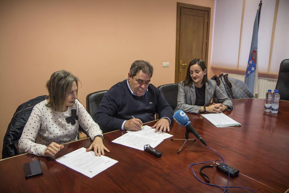 Gerardo Seoane firma el convenio con la presidenta de la AECC