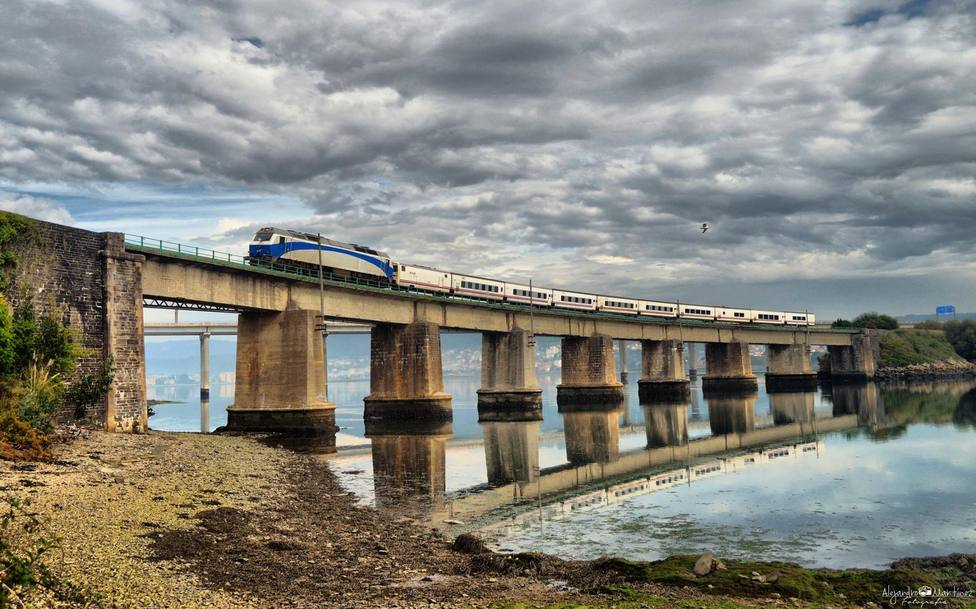 Un tren de Renfe a su paso por el puente de O Couto - FOTO: Alejandro Martínez