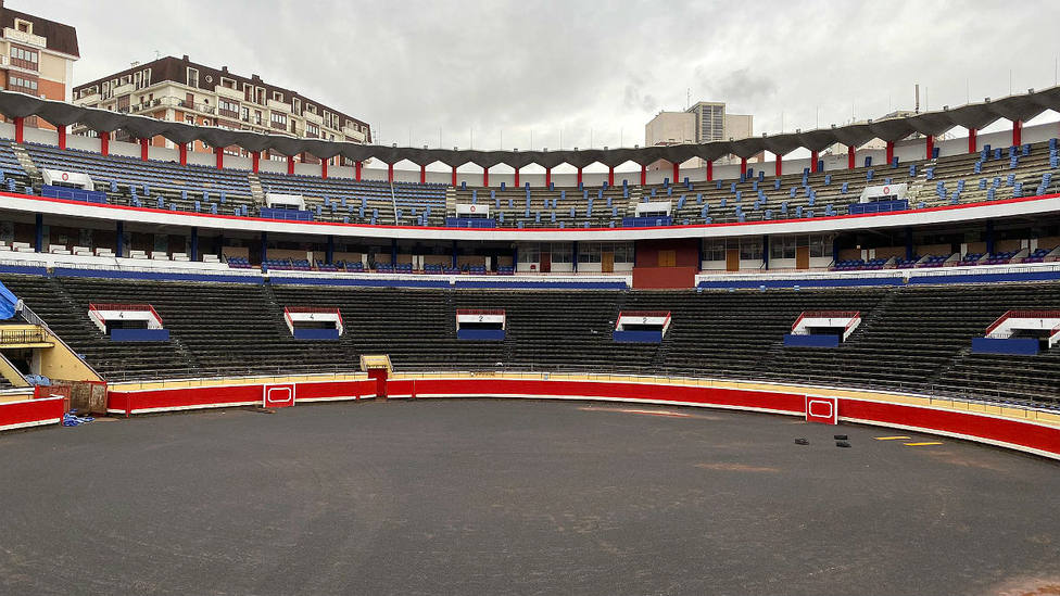 Aspecto de la plaza de toros de Bilbao tras el inicio de las obras de reforma de su graderío