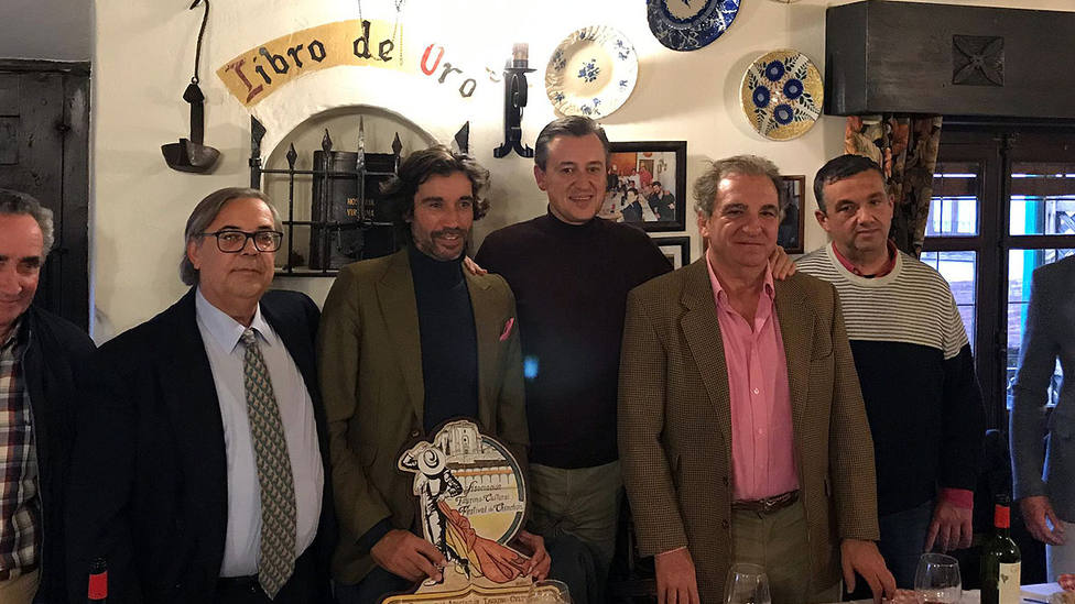 Curro Díaz y Antonio Bañuelos recogiendo sus trofeos en Chinchón (Madrid)