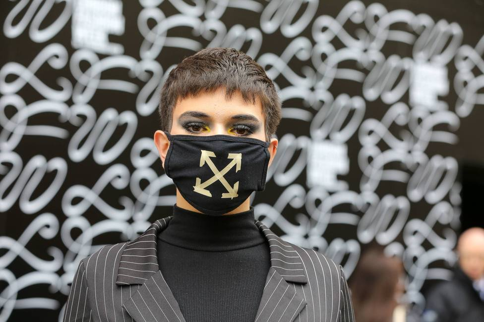 Persona con mascarilla durante la Semana de la Moda de Londres