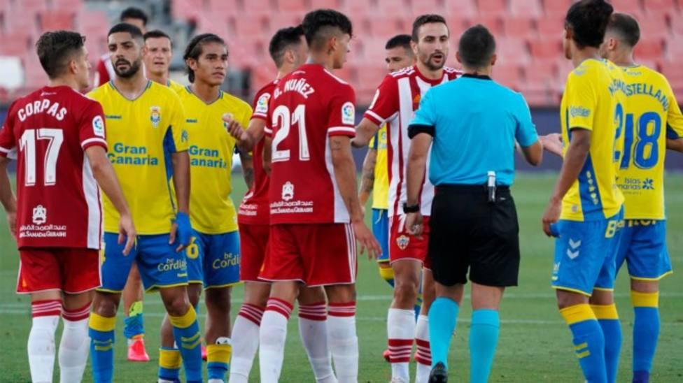 Jugadores de la UDA protestan el gol anulado a Juan Muñoz