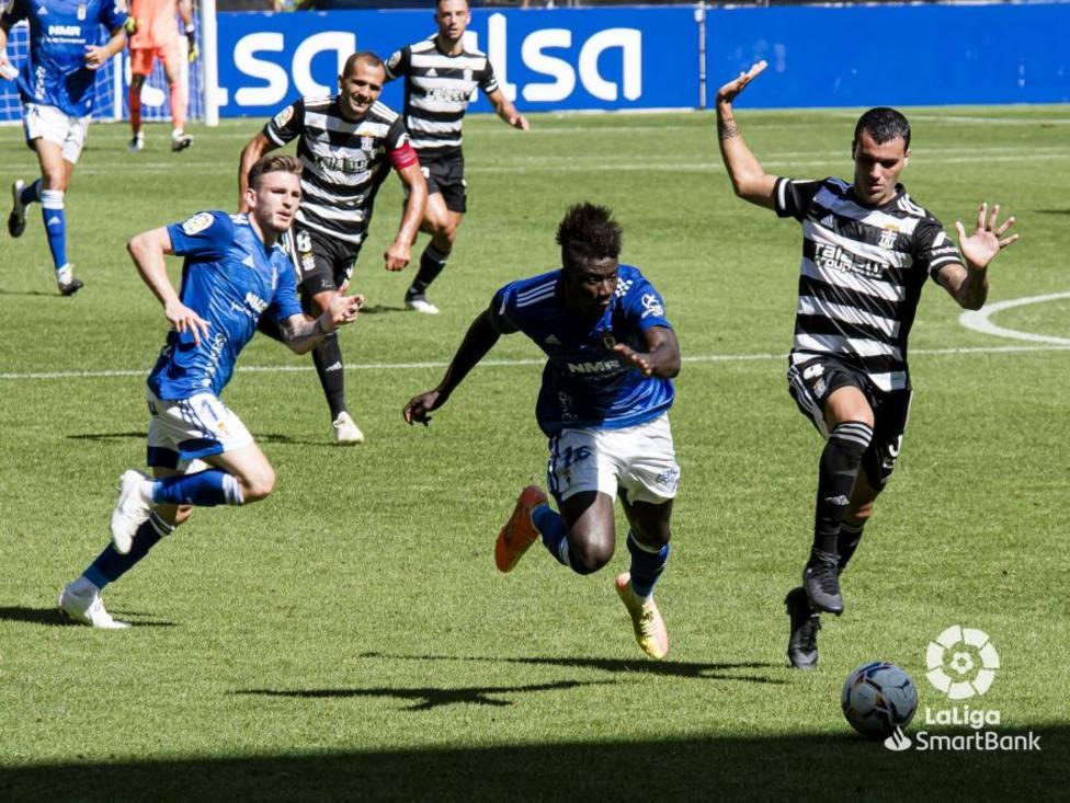 Samu Obeng, junto a Viti, disputa la pelota a un jugador del Cartagena