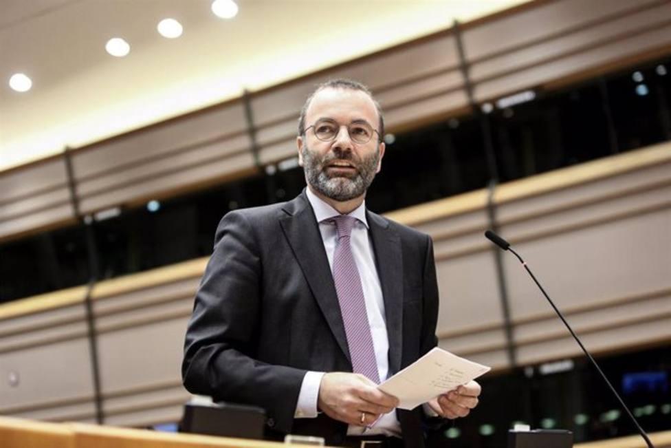El líder del PP europeo felicita a Casado por su discurso: España necesita un centro sin alianzas radicales