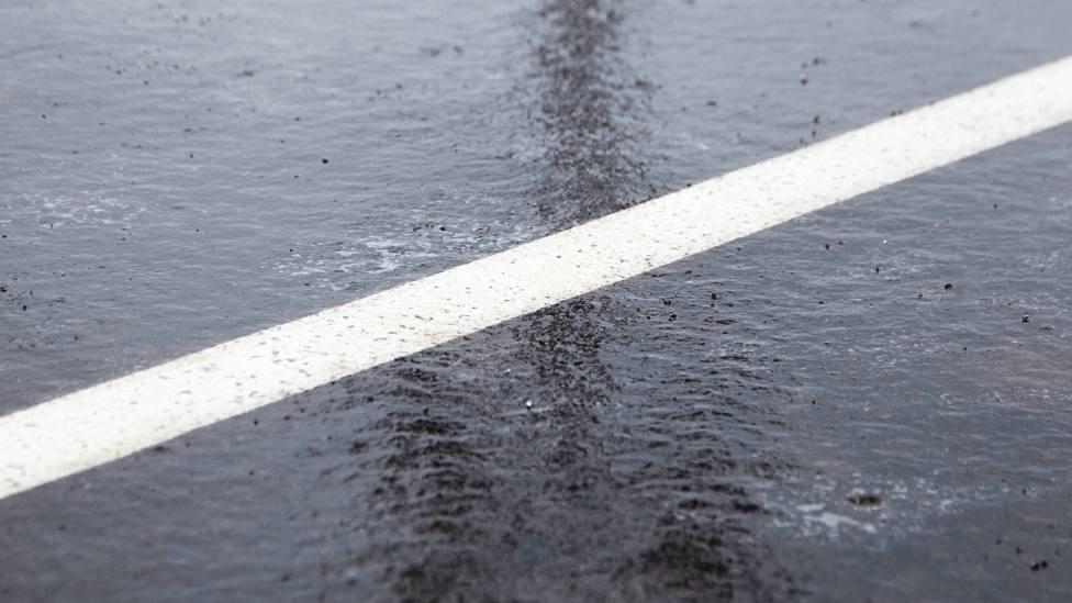 Foto de archivo de una placa de hielo sobre el asfalto