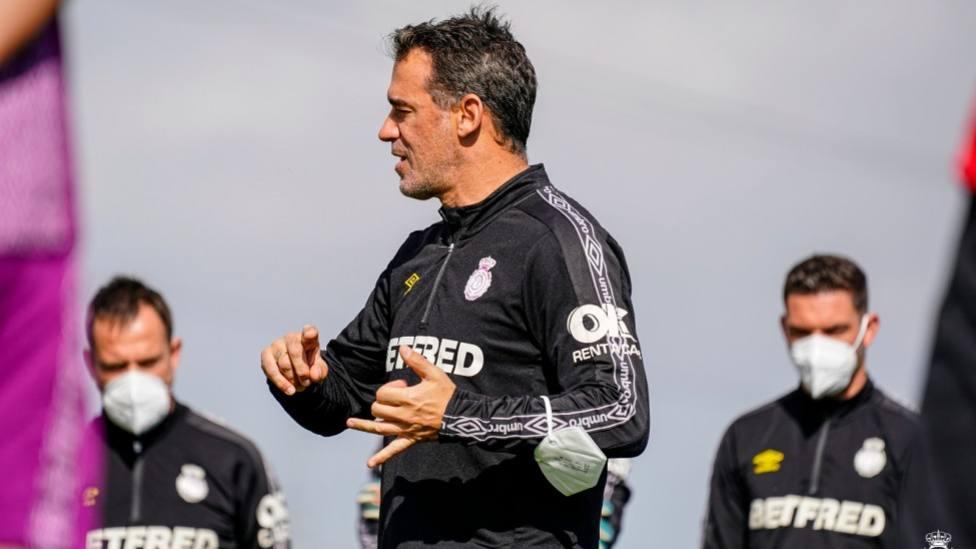Luis García dando instrucciones durante un entrenamiento del Mallorca