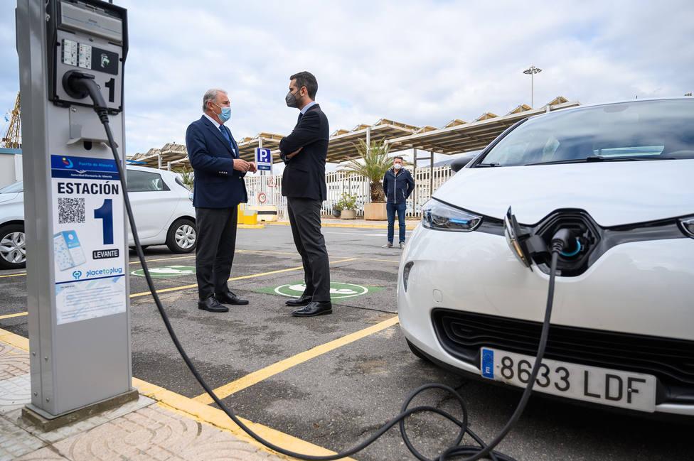 Almería cuenta con ocho puntos de recarga para vehículos eléctricos en el Puerto