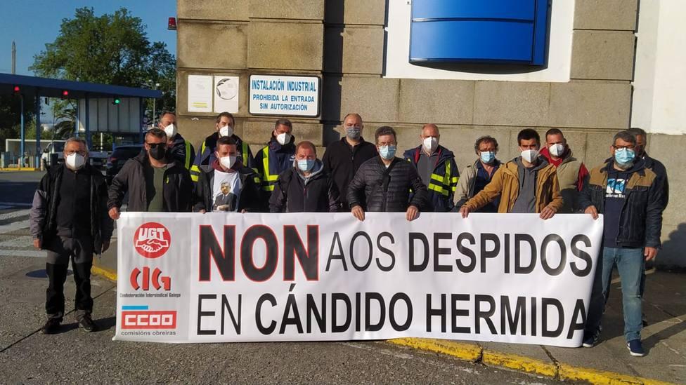 Trabajadores despedidos de Cándido Hermida con integrantes del comité de Navantia - FOTO: Cedida