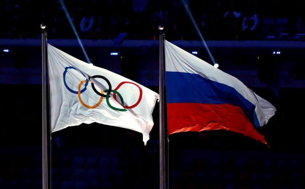 La bandera rusa ondeando junto a la olímpica
