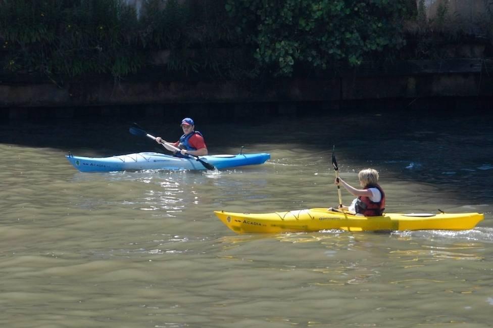 Dos personas practicando kayak