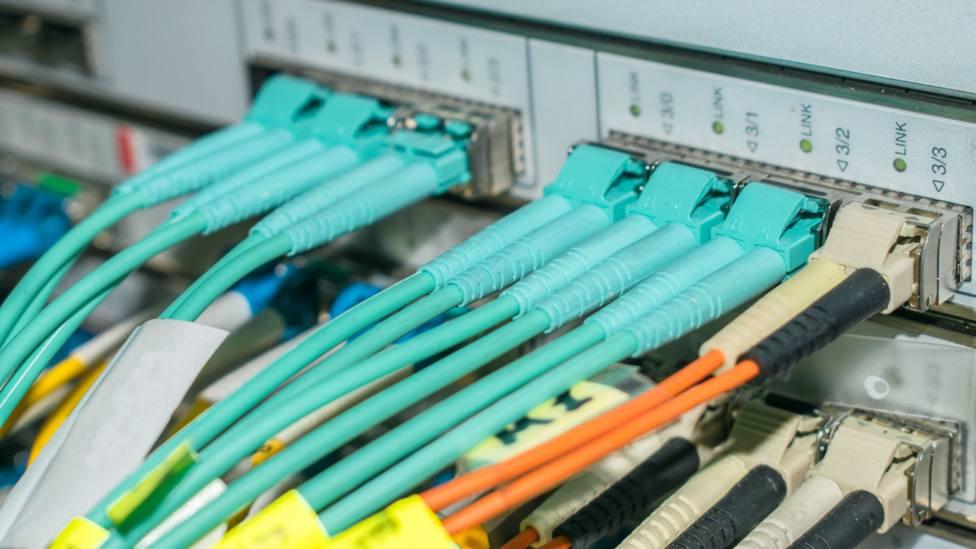 Foto de archivo de un rack con conexiones para Internet