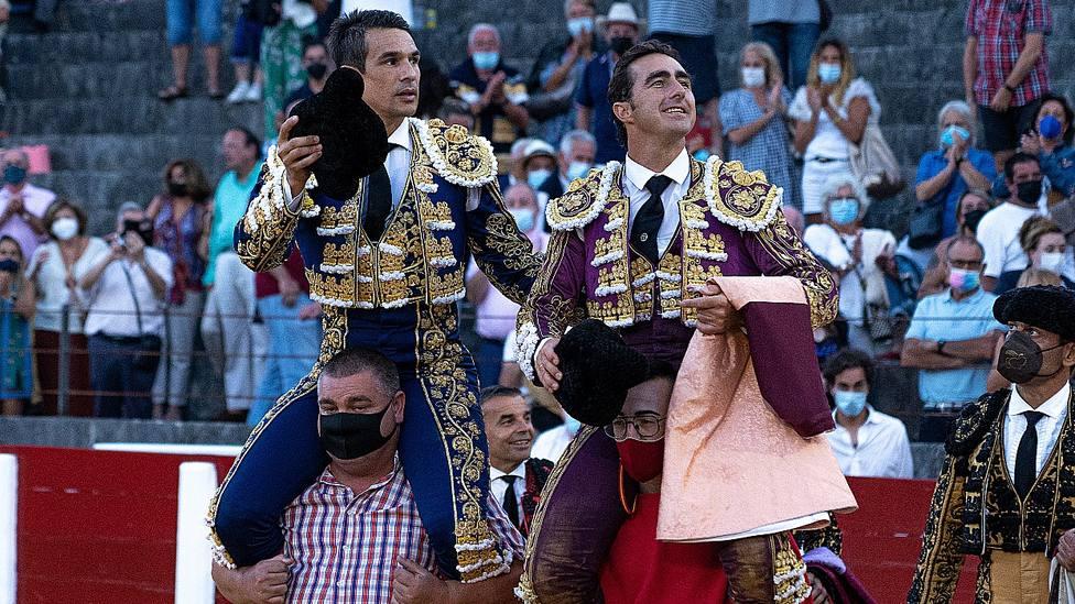 José María Manzanares y El Fandi en su salida a hombros este miércoles en Santoña