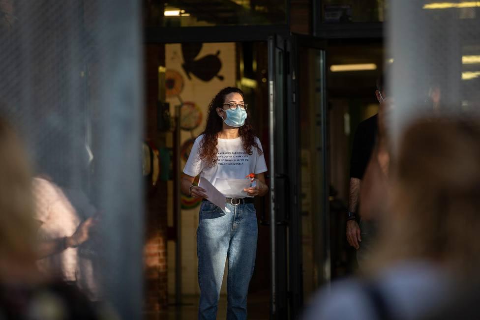 Una profesora con mascarilla a las puertas de un colegio durante el primer día del curso escolar 2020-2021