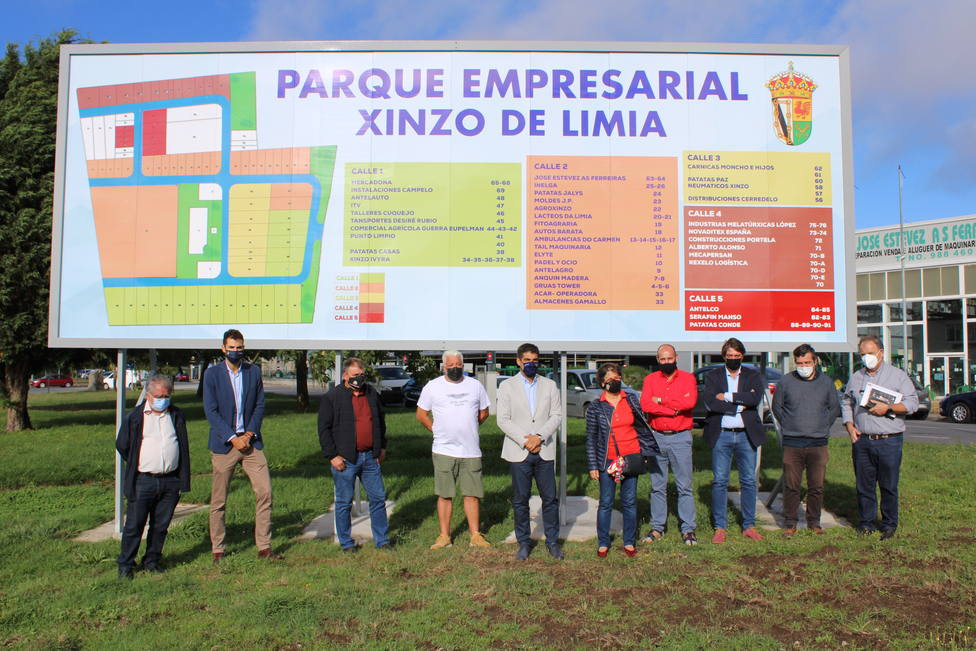 Alcaldesa, delegado y empresarios a la entrada del Parque Industrial de Xinzo de