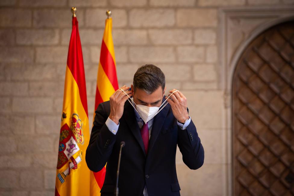 A vueltas con la bandera de España: de la mascarilla de Sánchez a su retirada con Aragonès