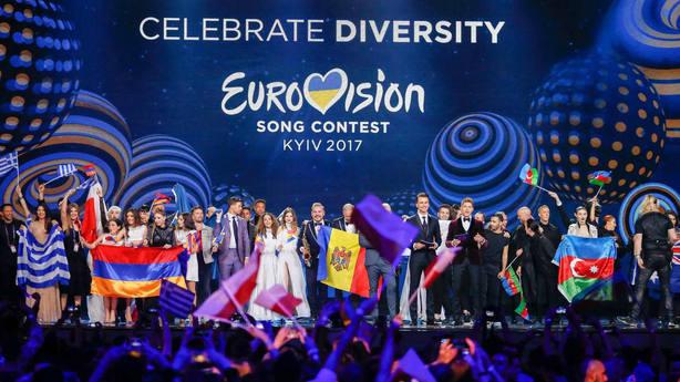 Los cantantes y sus equipos celebran su paso a la final hoy, martes 9 de mayo de 2017, durante la primera semifinal de la edición 62 del Festival de la Canción de Eurovisión, en el International Exhibition Centre, en Kiev (Ucrania).