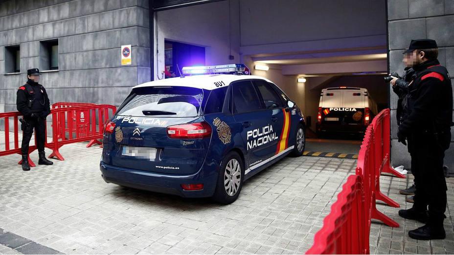El coche de la Policía donde se encuentran los acusados de una supuesta violación de una joven