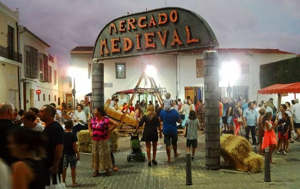Imagen del mercado medieval de Alacuás en verano